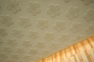 竈門神社の社紋である桜紋をデザイン要素として取りれた天井