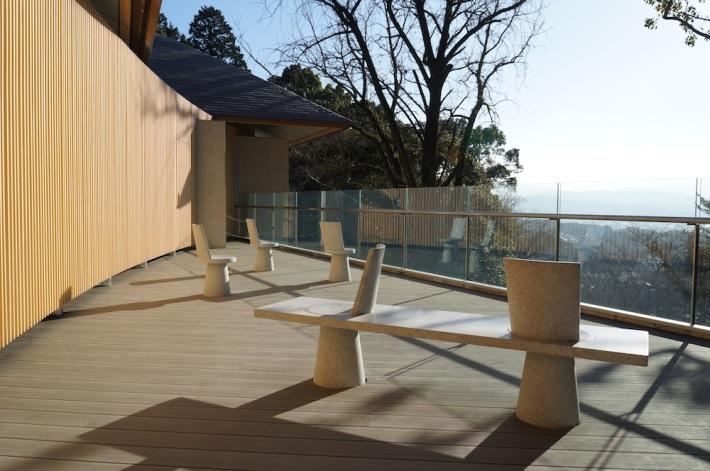ベンチの背もたれがついた部分には回転する座面が組み込まれていて、自由に向きを変えることができる