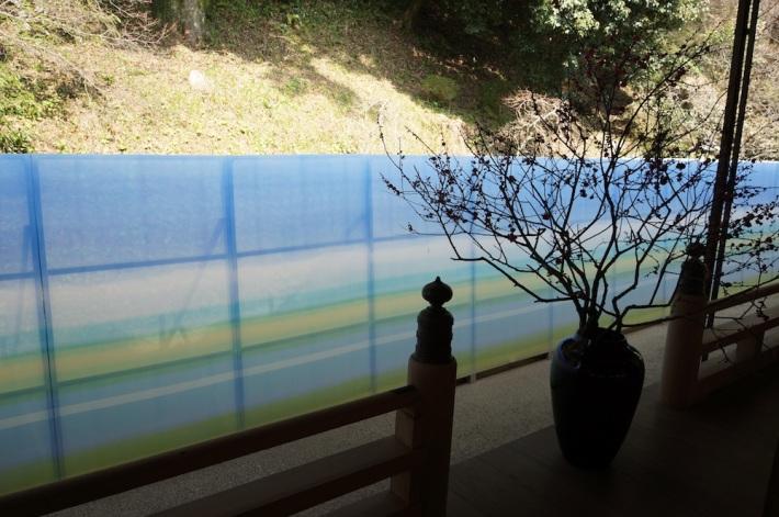 文書館の裏庭の廊下に沿って一直線に張られた石本藤雄氏のSelanne(地平線)