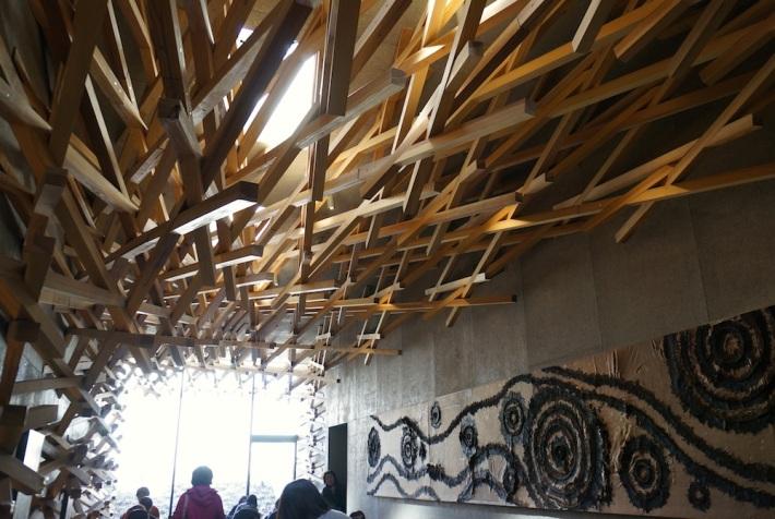 伝統的な木組み構造を用いた内装