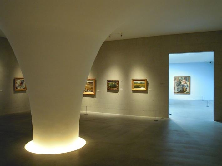 洞窟を思わせるひとつめの展示室