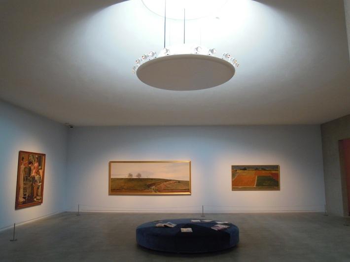 外光を取り入れ、柔らかな光が拡散するふたつめの展示室