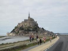 堤防道路を歩く観光客